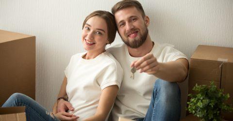 Couple tenant les clés d'un nouveau logement