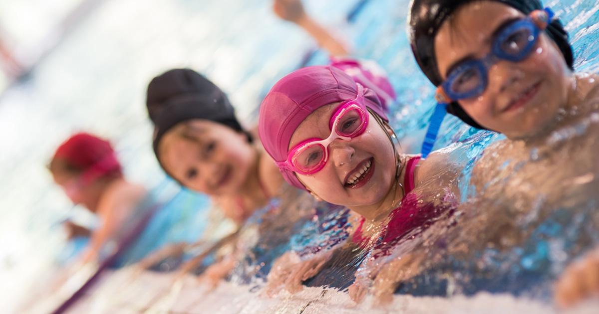Enfants apprenant a nager
