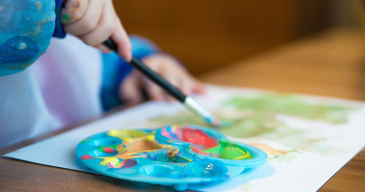 Enfant en train de peindre