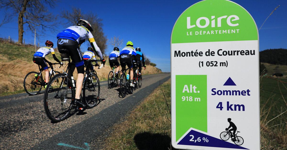 Cyclistes sur le parcours balisé de la montée de Courreau